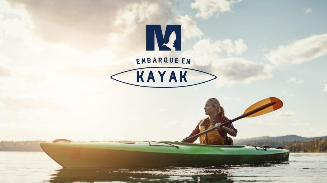 femme dans un kayak sous la mention ''embarque en kayak'' et logo du marais de la rivière aux cersises
