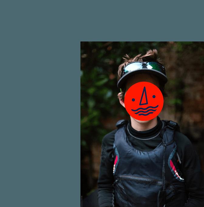 jeune adolescent avec veste de saufetage et une icone rouge sur son visage