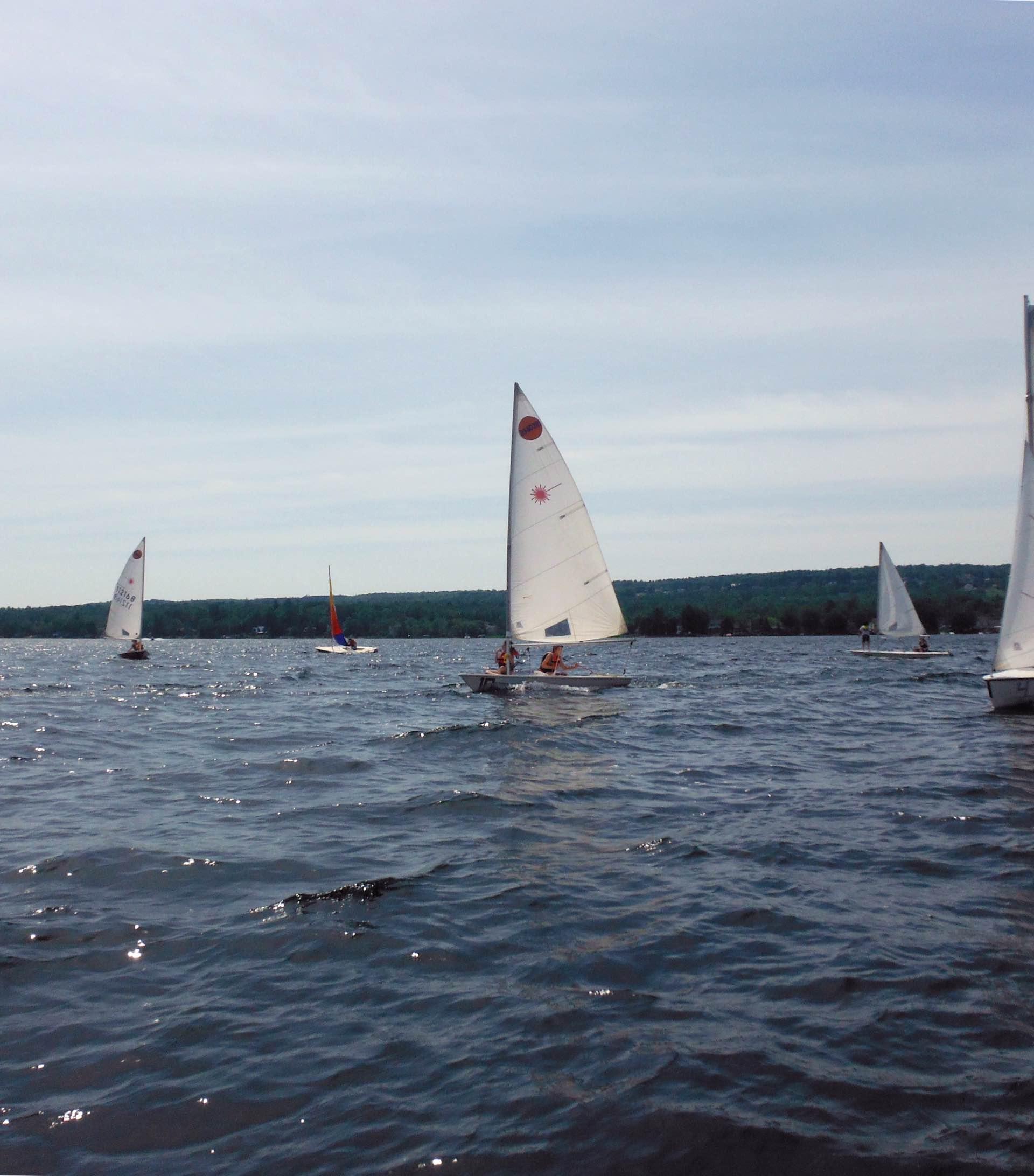voiliers sur le lac Memphrémagog lors d'un cours de voile